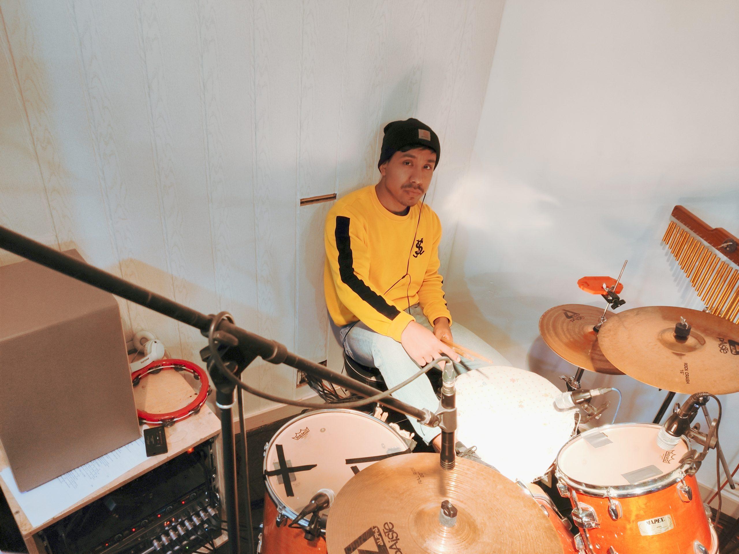 Diego tocando la bateria
